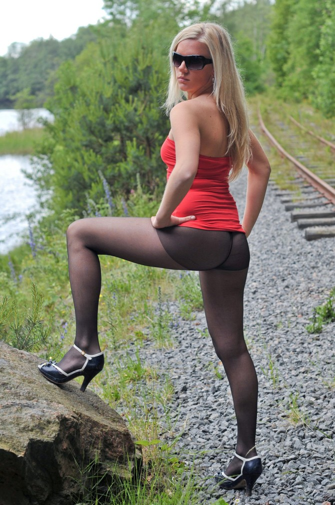 Blondes Girl outdoor in schwarzen Strumpfhosen