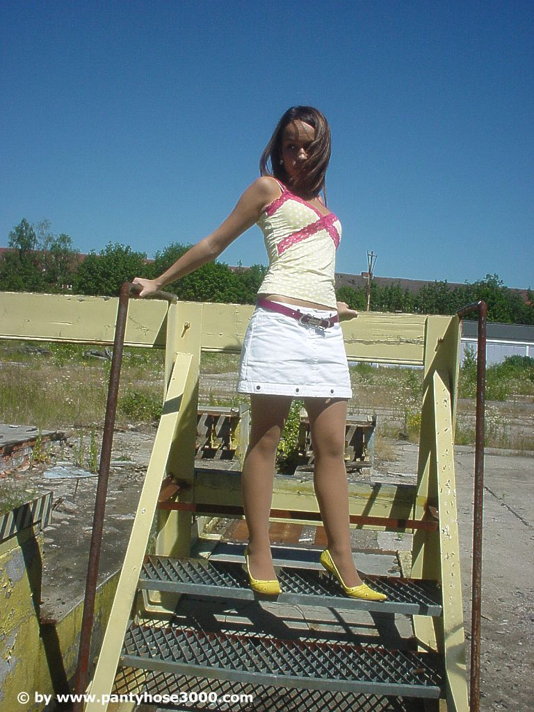 sweet-teen-outdoor-pantyhose_picture01
